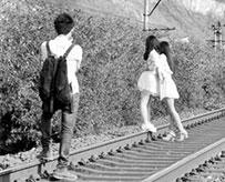 情侣铁轨旁拍视频!